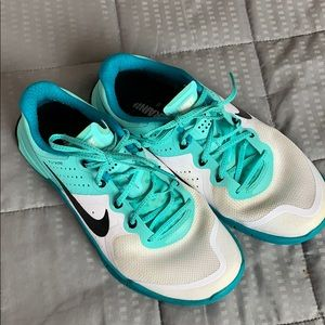 Nike Training Flywire white and teal Sneakers Sz 8